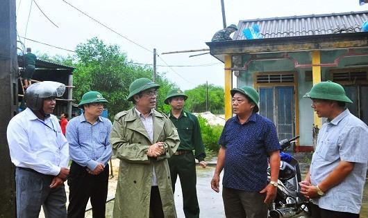 Đoàn công tác kiểm tra công tác phòng chống bão số 10 tại xã Triệu Lăng (huyện Triệu Phong)