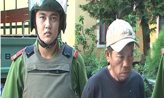 Đối tượng Lê Văn Tuấn bị đưa về trụ sở công an