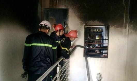 Lực lượng cảnh sát chữa cháy đang dập lửa