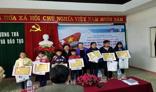 Nguyên Phó Chủ tịch nước Trương  Mỹ Hoa trao học bổng cho học sinh vùng bão lũ tại Thừa Thiên Huế
