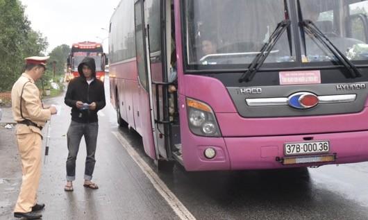 Lực lượng CSGT kiểm tra xe khách