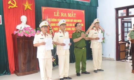 Đại tá Lê Văn Vũ trao Quyết định điều động cho các Trưởng công an