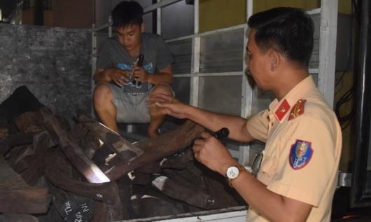 Trung tá Đặng Phúc Xuân trực tiếp kiểm tra xe vi phạm