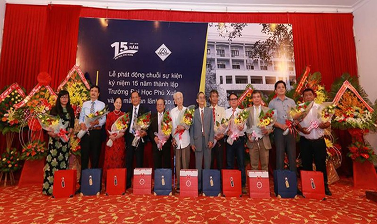 Khen thưởng các thầy cô có đóng góp lớn cho trường