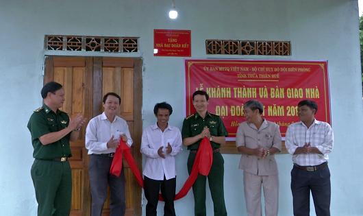 Lãnh đạo BĐBP tỉnh và Ủy ban MTTQ VN tỉnh Thừa Thiên Huế cắt băng khánh thành.