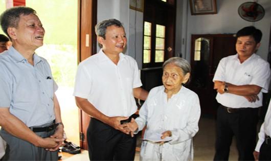 Bí thư Tỉnh ủy Lê Trường Lưu thăm hỏi, tặng quà Mẹ Việt Nam Anh hùng Đỗ Thị Thau