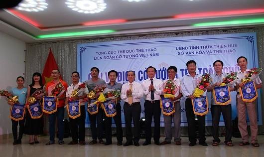Chủ tịch UBND tỉnh Phan Ngọc Thọ tặng cờ lưu niệm cho các đoàn