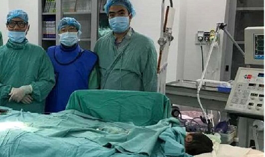 Ê kíp thực hiện ca can thiệp đặt stent ống động mạch cho bệnh nhi.