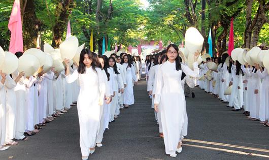 Học sinh Trường PTTH Hai Bà Trưng Huế mang áo dài khi đến trường