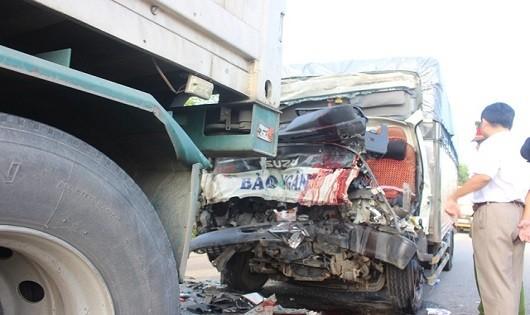 Ô tô tải nát đầu sau va chạm xe container, 2 người chết