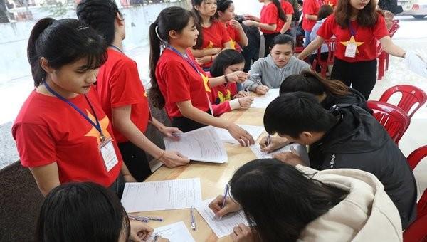 Nhiều sinh viên đã đến từ sớm để đăng ký hiến máu.