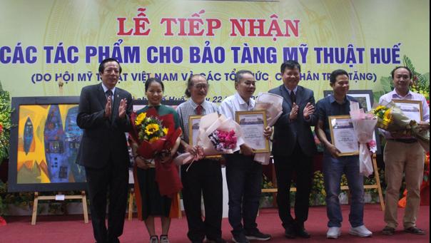 Thừa Thiên Huế tiếp nhận tác phẩm của Hội Mỹ thuật Việt Nam tặng Bảo tàng Mỹ thuật Huế