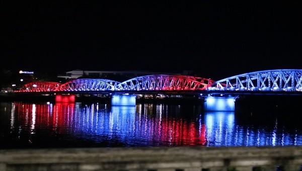 Cầu Trường Tiền - Huế lung linh hơn với hệ thống chiếu sáng mới