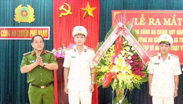 Đại tá Lê Văn Vũ, Phó giám đốc CA tỉnh trao quyết định và tặng hoa chúc mừng cán bộ, chỉ huy về công tác tại Công an các xã trọng điểm huyện Phú Vang .