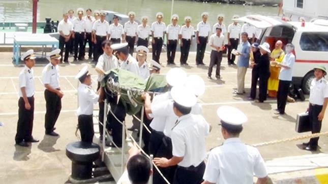 Đồng đội chuyển thi thể Thiếu úy Nam lên cầu cảng.