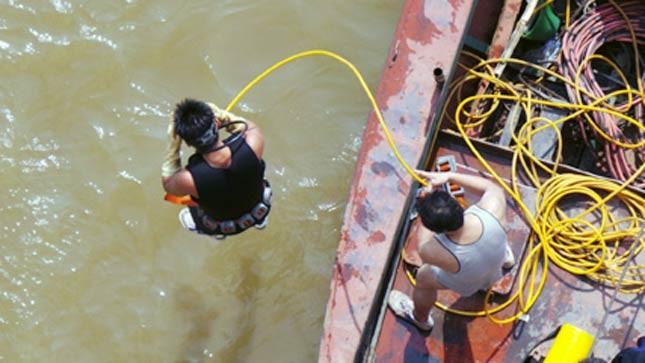 Thợ lặn tìm kiếm thi thể nạn nhân vào sáng 25/10. Ảnh: Tiến Nguyên)