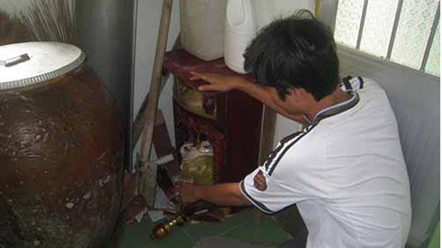 Bàn thờ thần tài của nhà nghỉ Triều Tân bị đập phá