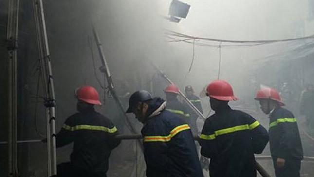 Chợ Nhà Xanh (quận Cầu Giấy) chìm trong hỏa hoạn