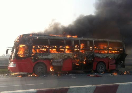 Xe giường nằm cháy ngùn ngụt trên cao tốc Pháp Vân - Cầu Giẽ