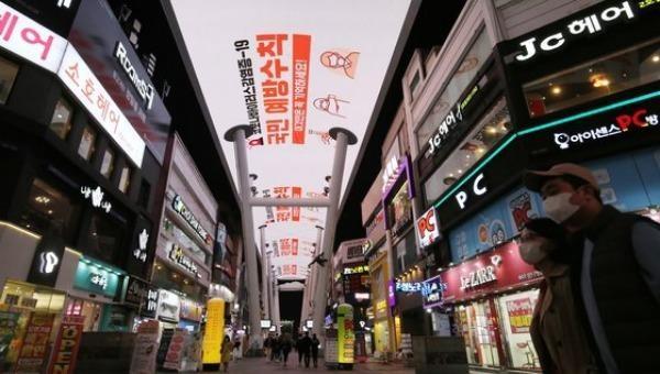 Người phụ nữ Hàn Quốc nghi nhiễm Covid-19 vẫn đi tắm hơi, hát karaoke