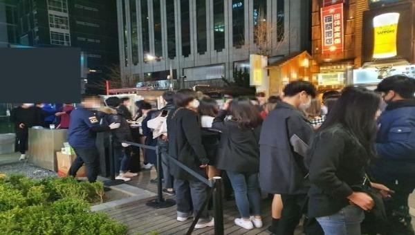 Giới trẻ Hàn Quốc 'dửng dưng' với Covid-19, xếp hàng chờ vào hộp đêm