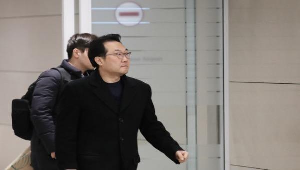 Hình ảnh trên kênh truyền hình Hàn Quốc cho thấy ông Lee Do Hoon đến sân bay quốc tế Dulles ở thủ đô Washington tối 17/6 (giờ địa phương).