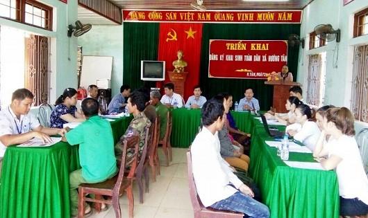 Phòng tư pháp huyện Hướng Hóa phối hợp với chính quyền địa phương triển khai đăng ký khai sinh cho người dân tại xã Hướng Tân