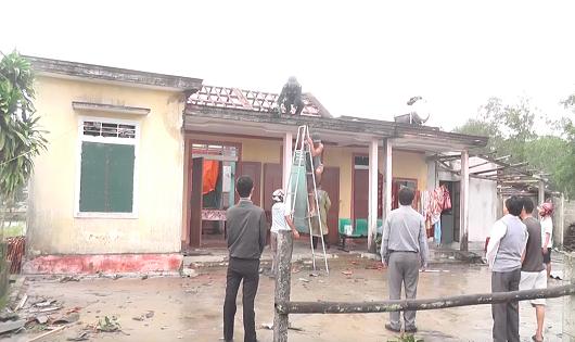 Quảng Trị: Lốc xoáy tấn công bất ngờ trong đêm, nhiều nhà dân bị tốc mái