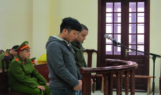 Võ Tùng Dương (phía ngoài màn hình) và Nguyễn Đức Huy trước vành móng ngựa