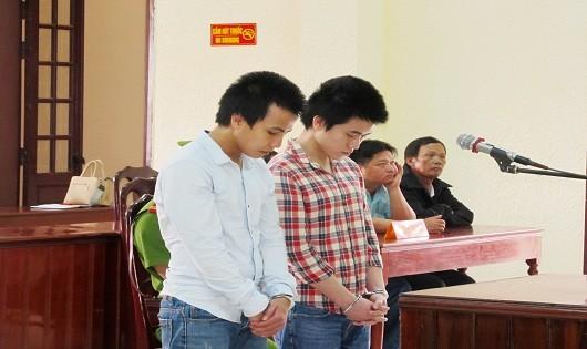 Huỳnh Thanh Tâm (áo carô) và Trần Quốc Thiên tại phiên tòa sơ thẩm