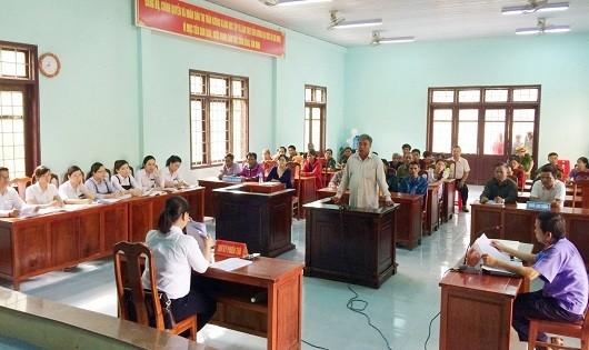 Nhiều người dân trên địa bàn huyện Đakrông (tỉnh Quảng Trị) đã đến theo dõi phiên xét xử
