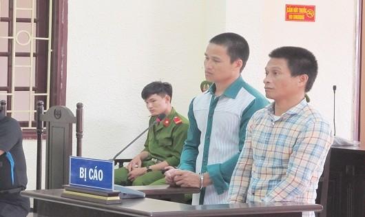 Hồ Văn Mướt (áo sơmi carô) và Hồ Văn Tuẩn tại tòa