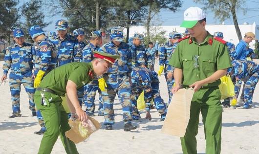 Các lực lượng vũ trang tham gia thu gom rác thải dọc bờ biển khu vực bãi tắm Cửa Việt