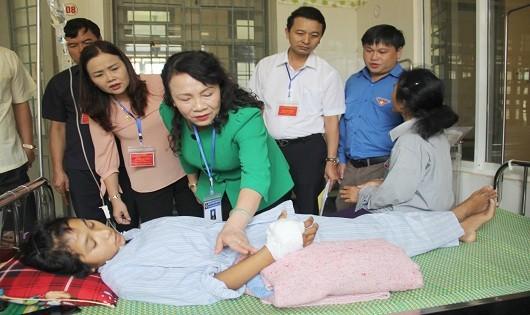 Thứ trưởng Nguyễn Thị Nghĩa ân cần thăm hỏi, động viên em Hà cố gắng điều trị và hoàn thành tốt kỳ thi Tốt nghiệp THPT quốc gia.