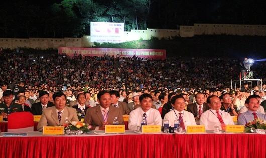 Đông đảo cán bộ, nhân dân đến tham dự chương trình Kỷ niệm 50 năm chiến thắng Khe Sanh, giải phóng huyện Hướng Hóa, dù trời mưa rả rích.