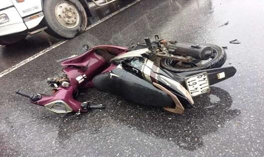 Xe máy đâm vào xe tải đỗ bên đường, 1 người chết, 1 người trọng thương