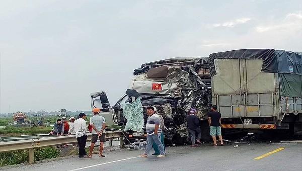 4 người trọng thương, giao thông ùn tắc sau cú va chạm giữa 2 xe tải