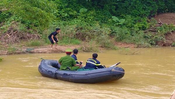 Các lực lượng tổ chức tìm kiếm nạn nhân (Ảnh: Đoàn xã Hướng Hiệp)