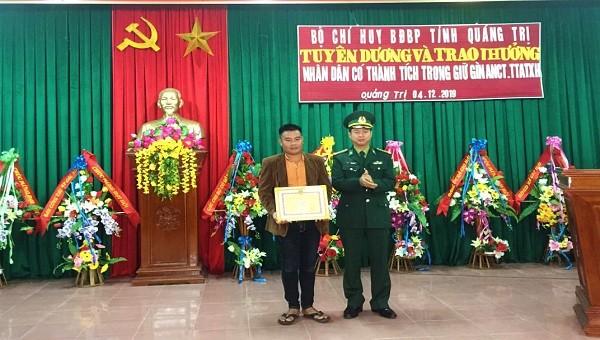 Bộ đội Biên phòng Quảng Trị trao tặng giấy khen cho anh Sáu