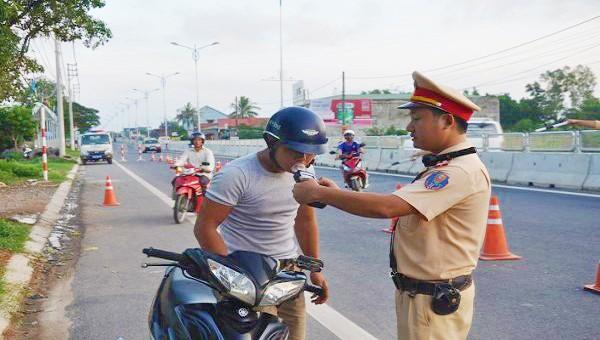 Lực lượng CSGT tỉnh Quảng Trị kiểm tra nồng độ cồn đối với người điều khiển xe máy (ảnh minh họa)