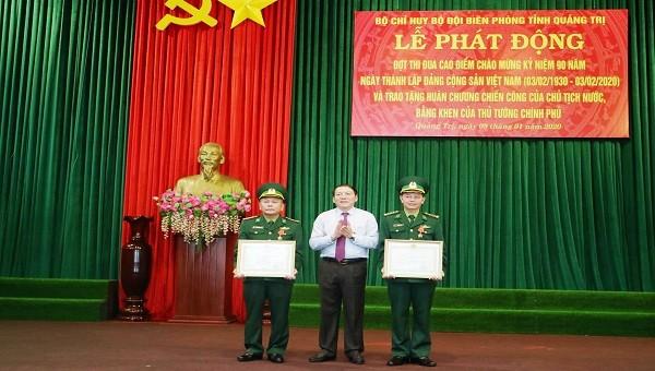 Thừa ủy quyền của Chủ tịch nước, ông Nguyễn Văn Hùng - Bí thư Tỉnh ủy Quảng Trị trao tặng Huân chương Chiến công hạng ba cho 1 tập thể và 3 cá nhân thuộc Biên phòng Quảng Trị