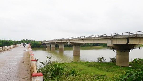 Song song với cây cầu cũ đã xuống cấp nghiêm trọng là cây cầu bề thế đến nay vẫn chưa hoàn thiện để sử dụng