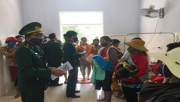 Lực lượng Biên phòng Quảng Trị tuyên truyền cho người dân ở miền núi cách vệ sinh, phòng ngừa dịch bệnh Corona (ảnh: BĐBP)