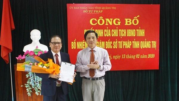 Phó Chủ tịch UBND tỉnh Quảng Trị Hoàng Nam chúc mừng ông Lê Hoài Nam được bổ nhiệm chức vụ mới