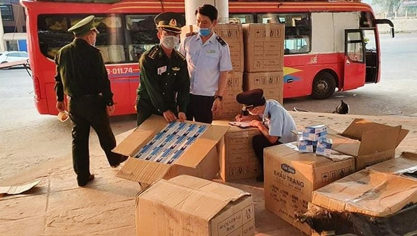 Lực lượng chức năng kiểm tra số khẩu trang y tế vận chuyển trái phép ở khu vực Cửa khẩu Quốc tế Lao Bảo