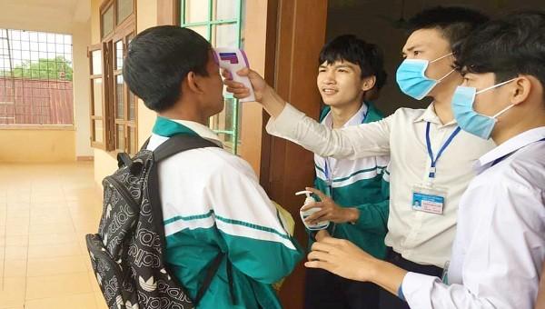 Học sinh THPT ở Quảng Trị được kiểm tra thân nhiệt trước khi vào lớp