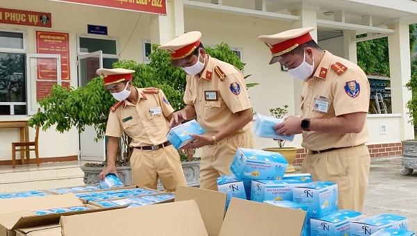 Cơ quan công an kiểm tra số khẩu trang y tế bị bắt giữ (ảnh: CQCA)