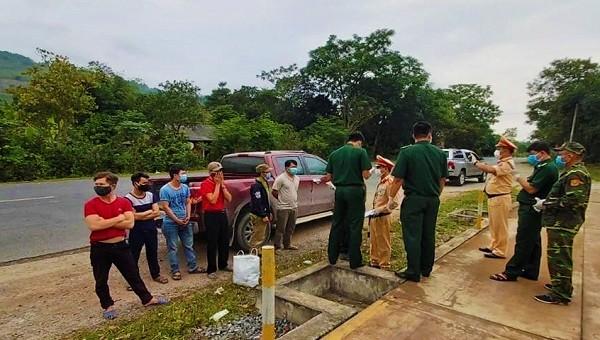 Lực lượng chức năng tỉnh Quảng Trị chặn bắt kịp thời chiếc xe ô tô chở 6 lao động từ Lào vượt biên trái phép vì sợ bị cách ly phòng dịch Covid-19. Ảnh: HT