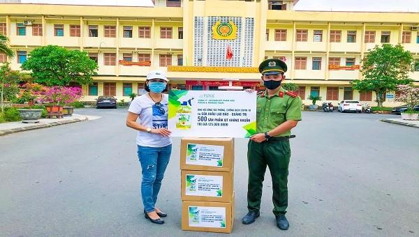 Tặng 500 chai xịt kháng khuẩn cho tuyến đầu phòng dịch Covid-19 ở Quảng Trị