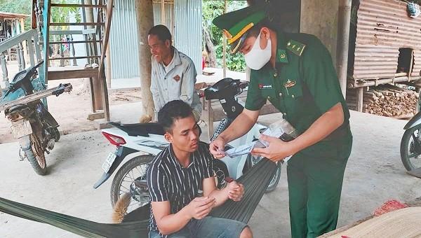 Các cán bộ, chiến sỹ Đồn biên phòng Thuận (Biên phòng Quảng Trị) tuyên truyền, vận động người dân ở khu vực miền núi tuân thủ phòng, chống dịch Covid-19